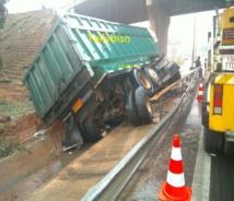 Un Camion s'est renversé sur l'autoroute à hauteur de Mariama Niass