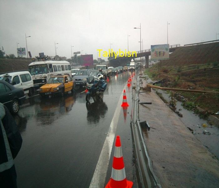 Le déluge fait des dégâts: un camion se renverse sur l'autoroute - embouteillages monstres