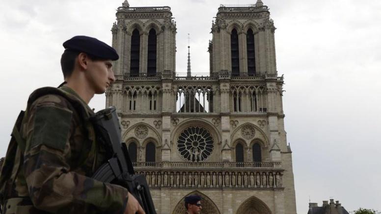 Une voiture contenant des bonbonnes de gaz découverte à Paris: plusieurs gardes à vue