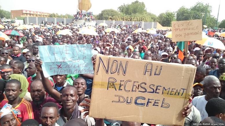 L'opposition défile à Niamey, au Niger, le 1er novembre 2015. (VOA/Idrissa Abdoul-Razak)