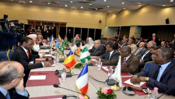 Mali: la médiation internationale, inquiète des combats autour de Kidal , menace de sanctions