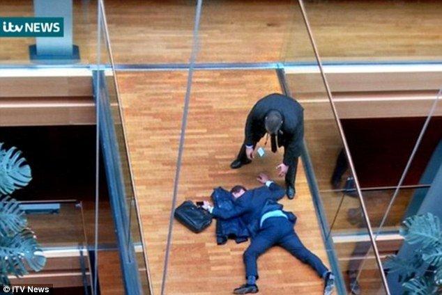 Grande-Bretagne : un leader de l'Ukip s'effondre après une bagarre au Parlement européen
