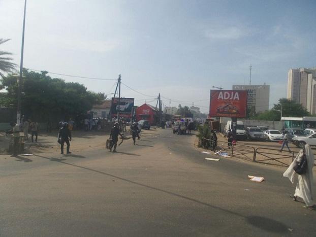 Marche de Mankoo Watù Senegaal - Les choses se dégradent: les forces de l'ordre lâchent les grenades lacrymogènes