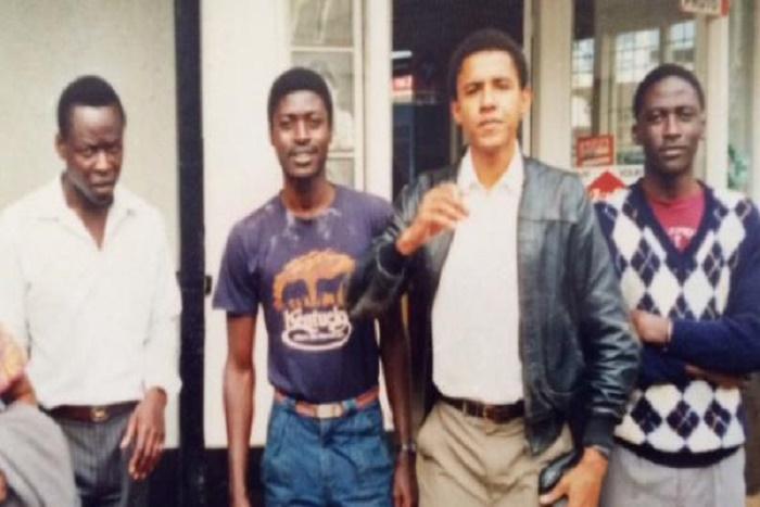 Le clan Obama, Luthuli avenue, Nairobi, 1986. De gauche à droite, Saïd, son plus jeune oncle. Mustapha Abo Obama, demi-frère, né du premier mariage du père d'Obama. À droite d'Obama, Roy, autre demi-frère, converti à l'islam, il s'appelle désormais Malik. Collection privée