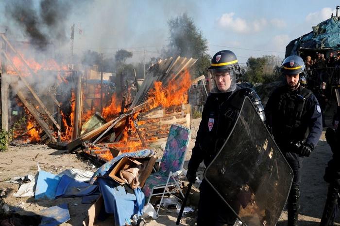 Le démantèlement de la «jungle» de Calais, malgré les résistances et les feux