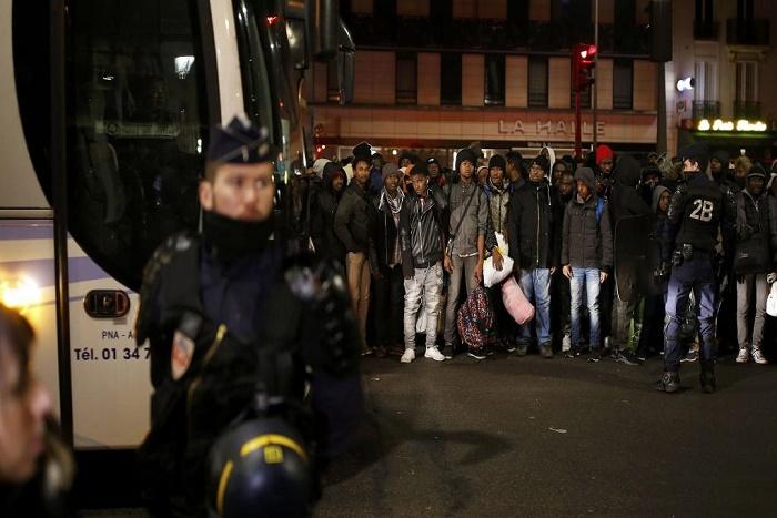 France: réfugiés et migrants de nouveau évacués du campement de Stalingrad