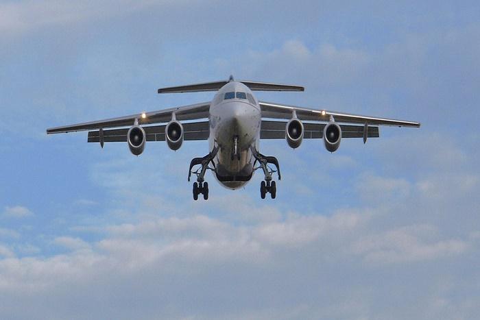 Une passagère ouvre la sortie de secours d'un avion et saute de 4,5 mètres de haut