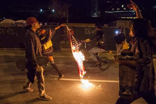 Trump promet la prison à celui qui brûlera un drapeau américain