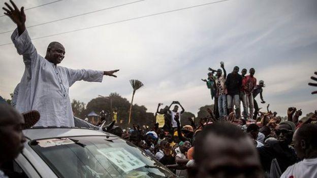 Barrow invite Jammeh à quitter le pouvoir comme les colons en 1965
