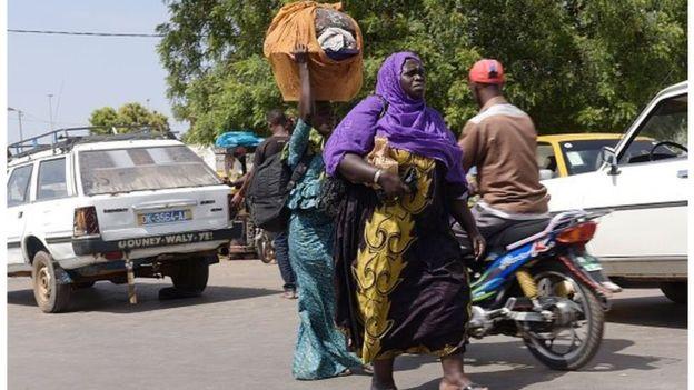 Vidéo : une foule de gambiens fuyant le pays de Jammeh