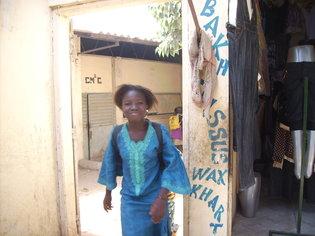 Une fille qui sort d'une école qui est à proximité du marché Grand yoff