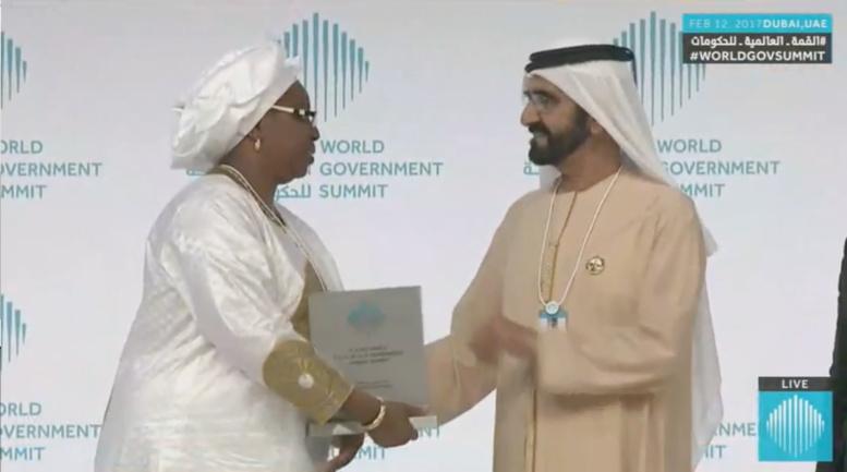 """Exclusif/Sommet de Dubai : Awa Marie Coll Seck recevant le prix du """"Meilleur ministre de la Santé"""""""