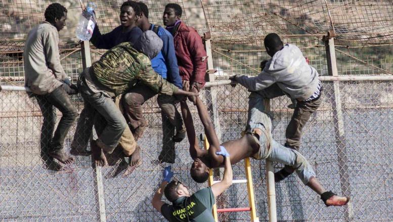 Maroc: des centaines de migrants entrent dans l'enclave espagnole de Ceuta