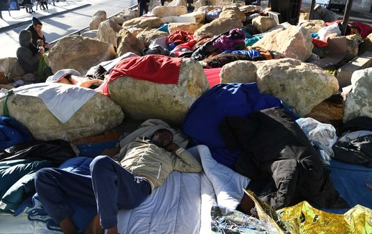 A Paris, l'installation de rochers sur un terre-plein où dormaient des migrants suscite l'indignation