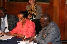 Les autorités de la Banque mondiale à Dakar signant un accord