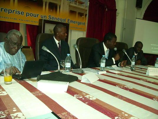 Le panel de la conférence sur la crise financière internationale