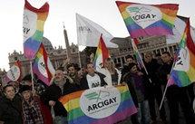 Les homosexualité qui manifestent pour le respect de leurs droits