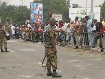 Mesures de sécurité devant le siège de la commission électorale à Accra, alors que la tension monte parmi les supporteurs des deux camps.