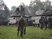 Soldats israéliens prenant position près de la frontière de la bande de Gaza.
