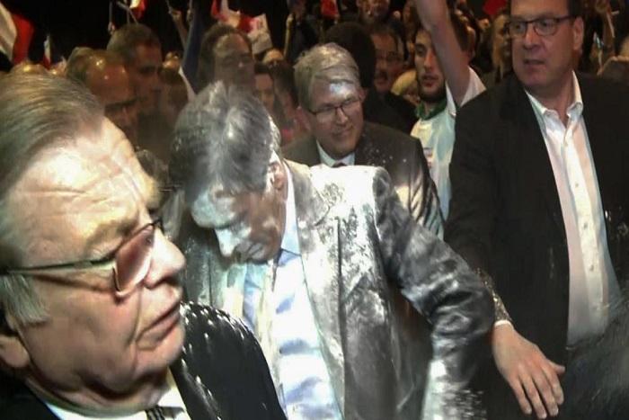 France: enfariné, François Fillon dénonce un «acharnement impitoyable»
