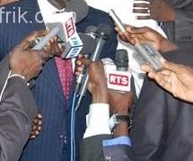 Les journalistes dans l'exercice de leur profession, tendant le micro