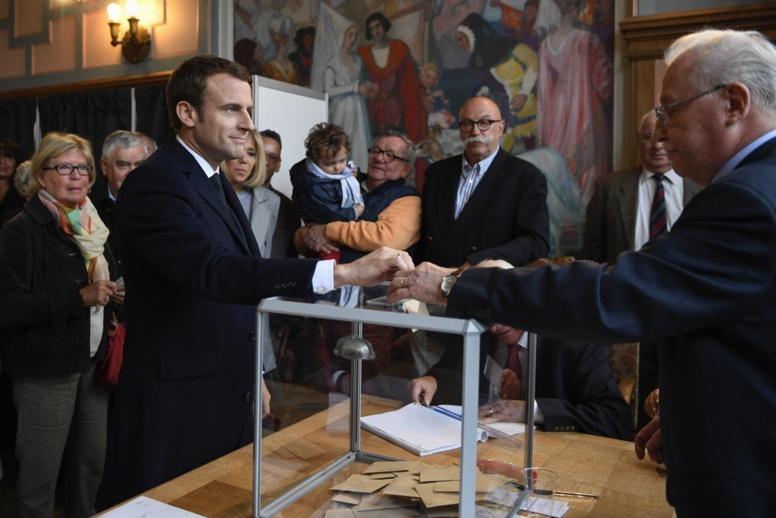 #URGENT - Présidentielle française: Emmanuel Macron arrive en tête du 1er tour avec 23,7%, suivi par Marine Le…