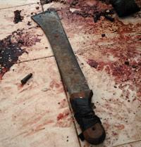 Le sol maculé de sang et les projections qui marquent le sol de la salle à manger témoignent de la violence des assaillants.