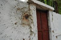Le mur d'enceinte de la maison de Nino Vieira, transpercé par un tir d'arme lourde