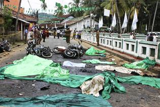 Des victimes de l'attentat suicide à Akuressa, à 160 kilomètres au sud de Colombo, le 10 mars 2009. (Photo : Reuters)