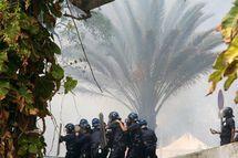 Les policiers anti-émeute à Saint-Denis de la Réunion ce 10 mars, à l'issue de la manifestation à l'initiative du Cospar. (Photo: AFP PHOTO RICHARD BOUHET)