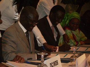Le ministre du Budget, Mamadou Abdoulaye Sow et le directeur général des impots et des domaines Amadou Ba (Sénégal). Signature de contratééga