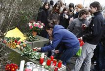 Les jeunes du collège de Winnenden, dans le sud-ouest de l'Allemagne, se recueillent sur les lieux de la tuerie, le 12 mars 2009. ((Photo : Reuters)