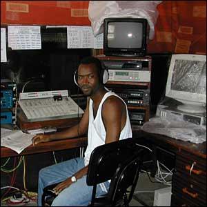 Technicien Ibrahima Diaz Diallo dans le studio de la radio communautaire Oxy-jeunes de Pikine (www.bbc.co.uk/)