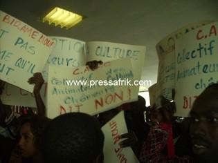 pancartes des manifestants.théatre Daniel Sorano