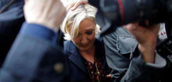  Présidentielle : Marine Le Pen accueillie par des jets d'œufs en Bretagne