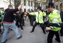Accrochages entre la police britannique et des opposants au G20 lors des manifestations dans le quartier financier de Londres, le 2 avril 2009.