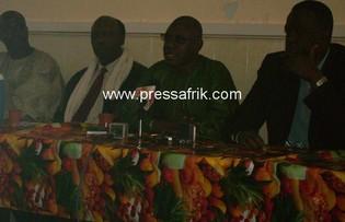 A partir de la gauche Ibrahima Konté (deuxième), Mamadou Aidara Diop (troisième en vert)