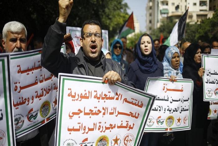 Les fonctionnaires de la bande de Gaza attendent le versement de leur salaire