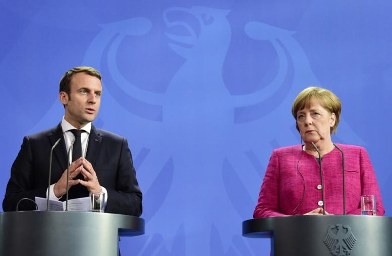 """Face à Merkel, Macron appelle à """"une refondation historique"""" de l'Europe"""