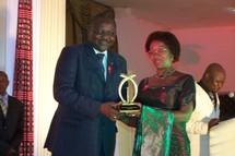 Le ministre en charge de l'information, Filippe Savadogo a remis un Galian d'honneur à la présidente du Conseil supérieur de la communication, présidente d'honneur de la 12e édition des prix Galian.