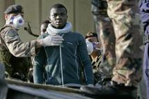 Des migrants en provenance d'Afrique du Nord arrêtés par la police italienne, mardi 11 mai à Siracusa. (photo: Reuters)