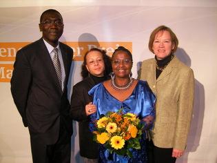 """M.Abdou Aziz de  l'ambassade du Sénégal, Mme Ricky Reiser, rédactrice d """"Afro-Look"""" et artitste-peintre, Mme la Député Schewe Gerigk"""