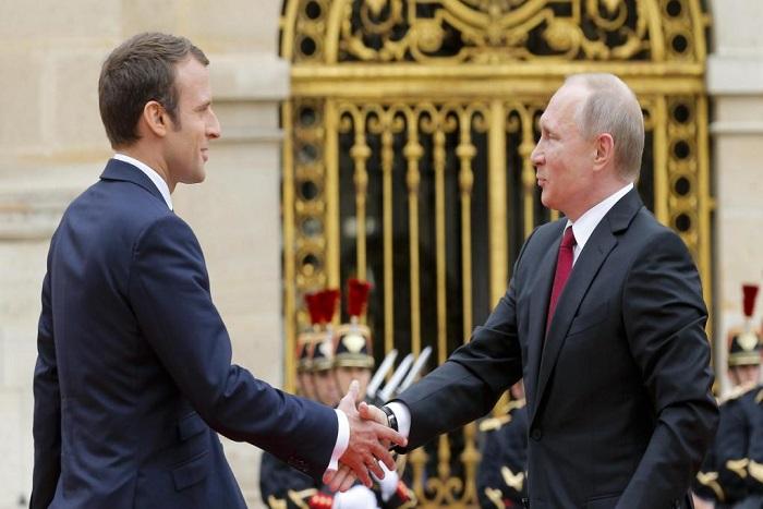 Emmanuel Macron accueille Vladimir Poutine sous les ors de Versailles