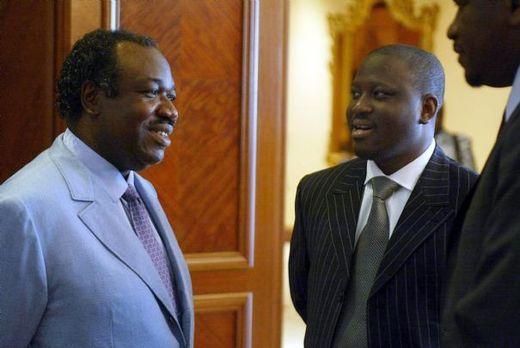 Le fils d'Omar Bongo, Ali à (g. sur la photo), actuel ministre de la Défense, pourrait prendre les rênes du Gabon.  AFP PHOTO/DESIREY MINKOH
