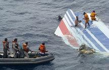 Le stabilisateur de l'avion d'Air France tiré des eaux. (Photo: Reuters)