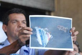 Un officier brésilien montre une photo de l'empennage de l'Airbus A330 repêché dans l'océan Atlantique. (AFP)