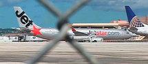 Cet Airbus A330 de la compagnie australienne Jetstar a été contraint d'effectuer un atterrissage d'urgence sur l'île de Guam, dans l'océan Pacifique (où il se trouve sur cette photo) après un départ de feu dans le cockpit © REUTERS TV / X00514