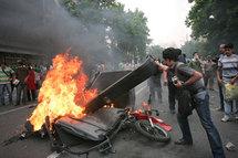 Au lendemain de l'élection présidentielle, les supporters du candidat malheureux Mir Hossein Moussavi sont descendus par milliers dans les rues de Téhéran pour dénoncer les irrégularités présumées lors du scrutin.(Photo: Reuters)