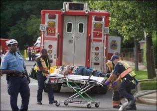 Les secours évacuent une victime après la collision de deux rames de métro à Washington, le 22 juin 2009(Photo: AFP)