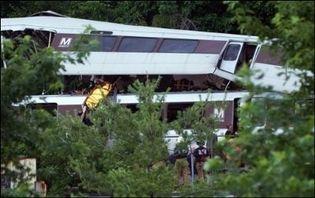 Les secours évacuent une victime après la collision entre deux rames de métro à Washington, le 22 juin 2009 (Photo: AFP)
